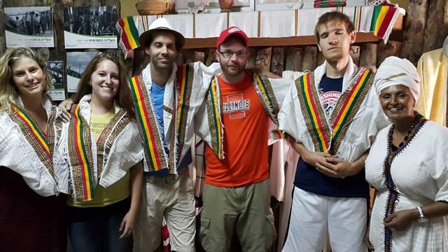 מתנדבים אמריקאים אצל במרכז המורשת אצל חווה מוקטן
