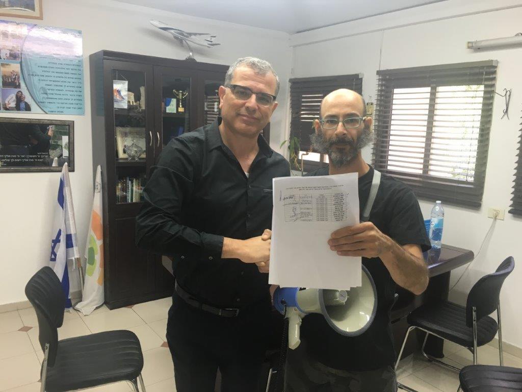 ראש העיר עם דודי סיני-ברזילאי פעיל למען בעלי חיים ישראל